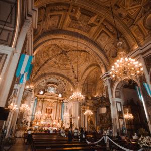 På Filippinerne er størstedelen af lokale kristne katolikker. Her er vi indenfor i Filippinernes ældste kirke, San Agustin church