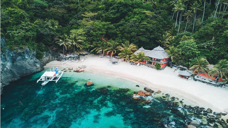 tag på rejse til apo island. en lille perle i det centrale filippinerne. her kan du få et dejligt værelse i vandkanten