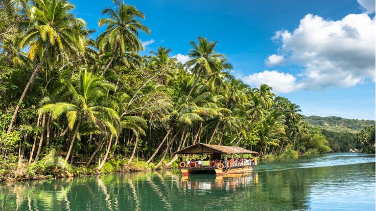 tag på en smuk tur på en af de mange floder på bohol. på din rejse til filippinerne har du nu chancen