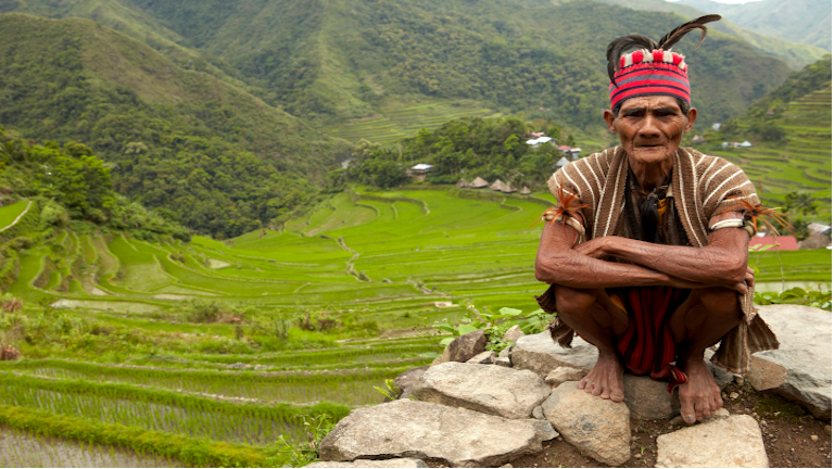 de indfødte fra ifugao folket, sidder klar til at velkomme dig. vidste du at der fortsat den dag findes gamle hovedjægere i det nordlige filippinerne