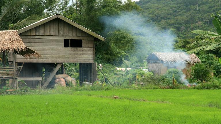 på vandretur i rismarkerne i det nordlige filippinerne. vi har vores egne guides