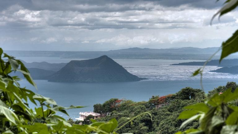 taal lake og vulkanen. en af filippinernes mest aktive vulkaner. vi laver en vandretur til toppen af krater kanten