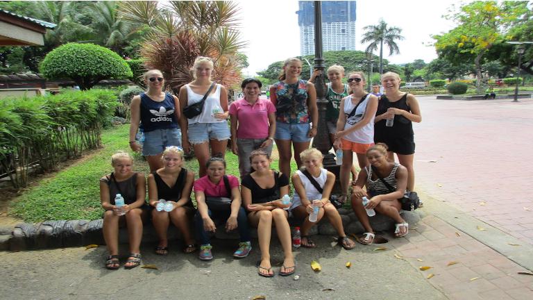 en flok glade danske rejsende på byrundtur i hovedstaden manila, filippinerne