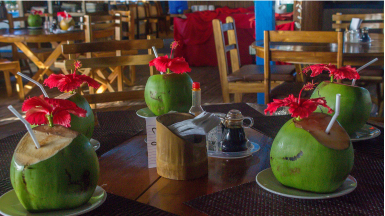 slut dagen af med en drink og nyd solnedgangen med time to travel på din ferie til filippinerne