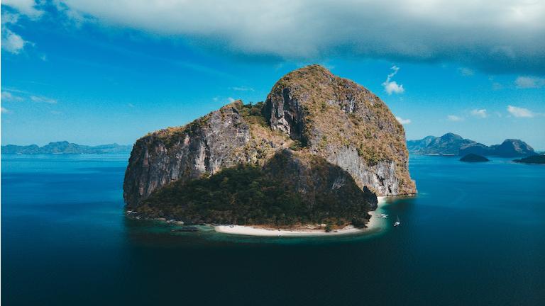 en af mange smukke limestone klippeøer på filippinerne. palwawan er kendt for sine majestætiske klipperformationer