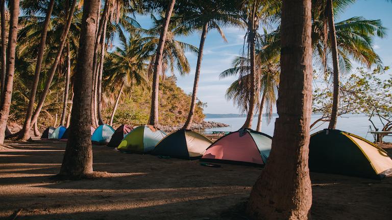 sov i telt på stranden med time to travel